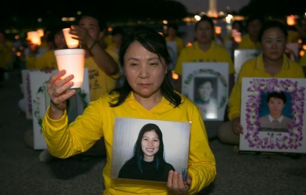 高蓉蓉的姐姐高微微參加2016美國首都華盛頓DC的7・20燭光夜悼。(李莎/大紀元)