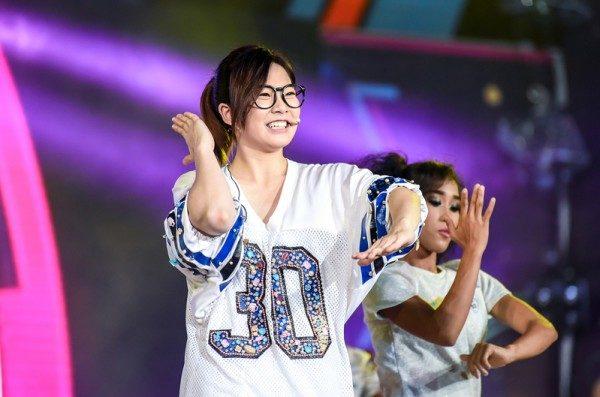 罗小白跨海表演人气高 与12国艺人同台竞技