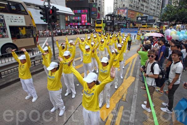 今年的7月20日是中共首恶江泽民发动镇压法轮功的17周年。昨日逾千香港及来自海外的部分法轮功学员举行大型的反迫害集会游行,呼吁港人以至国际社会携手制止中共活摘暴行,将以江泽民为首的元凶绳之以法。(潘在殊/大纪元)