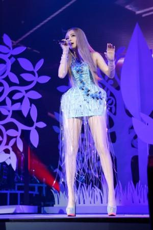 張韶涵換上短裙大秀纖細美腿,也和歌迷表示:「6年之後,再回到小巨蛋,我最愛的你們,好嗎?」(IMC Live Group提供)