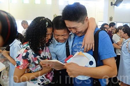 有学生获得理想学校取录,家人满心欢喜。(宋祥龙/大纪元)