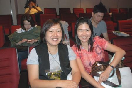 贊助商代表Holistic Hair Care總經理張小姐(Charmaine Teoh)(左)贊同謝醫師所講到的自然療法,而黃雅君小姐(右)则從講座中學到要多聆聽自己身體發出的訊號和症狀。(張建浩/大紀元)