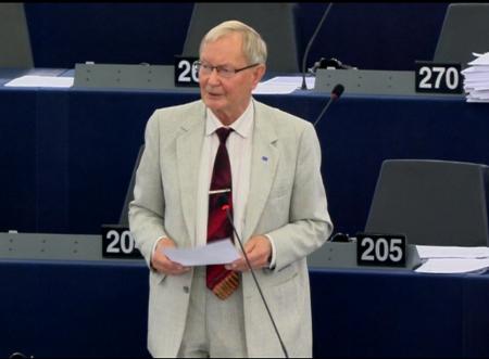 爱沙尼亚的议员图恩‧克兰(Tunne Kelam)在发言中陈述了中共活摘良心犯器官的最新报告中的关键数据。(李孜/大纪元)