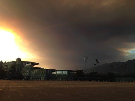 南加聖塔克雷利塔(Santa Clarita)山火的塵埃籠罩在洛杉磯上空。(消防局提供)