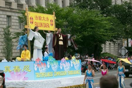 7月4日是美国独立日,华盛顿地区部分法轮功学员参加了在特区及周边几个城市举行的节日游行,受到观众的欢迎。图为首都独立日大游行。(李莎/大纪元)