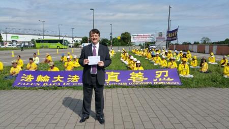 来自英国的欧洲议会议员Gerard Batten高兴的走到法轮功学员炼功的绿草坪前。(黎平/大纪元)