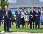 20日,川普搭直升机返回克利夫兰,川普的子女及媳妇、女婿,和副总统候选人彭斯列队鼓掌欢迎。(Jeff J Mitchell/Getty Images)