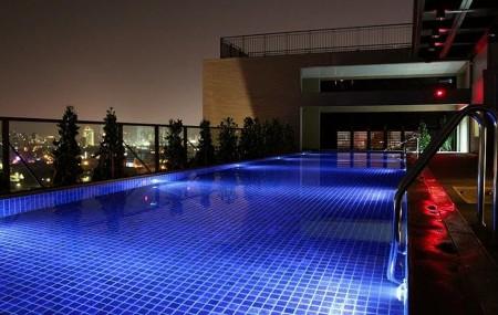 台中兆品酒店16樓設有戶外雙水道常溫游泳池,白天可在戶外泳池畔戲水,晚上則成為星光游泳池。(雲朗觀光提供/中央社)