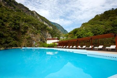 太魯閣晶英酒店就位在國家公園內,頂樓的泳池被群山環繞,風貌有別於都市的繁華,讓人的身心都可返璞歸真,沉澱,達到心靜自然涼的效果。(晶華酒店集團提供)