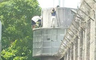 監獄羈押被告學蜘蛛人爬牆逃獄