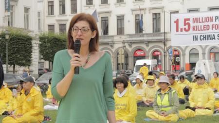 西班牙女议员Maite Pagazaurtundua Ruiz到集会现场支持,并深深鞠躬,表示自己的敬意。(凌宇/大纪元)