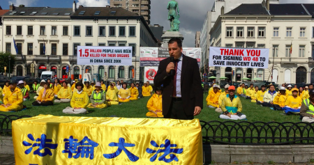 捷克議員德克斯基在集會上發言,感謝法輪功學員持續多年的反迫害努力。(凌宇/大紀元)