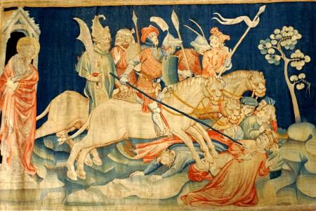 """《启示录》壁毯,展示了""""七天使吹七号""""场景:天使吹响第六号之后,出现骑兵与马,马的头好像狮子头,有火、有烟、有硫磺,从马的口中出来,杀了人的三分之一。(维基百科公共领域)"""