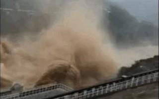 河北张河湾水库在泄洪。(视频截图)