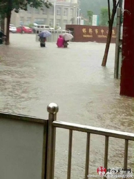 """自7月18日夜开始的大暴雨,导致河北邯郸市内涝严重,全市启动""""看海模式""""。(网络图片)"""