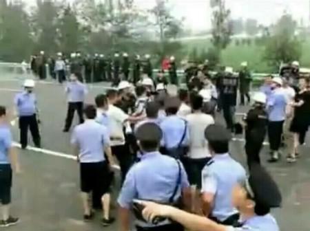 河北永年县龙曹村受灾最严重,村民自救,近五千村民堵高速表示抗议。(网络图片)