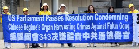 溫哥華法輪功學員在720反迫害集會上,呼籲關注中共活摘法輪功學員器官的罪惡。(唐風)