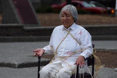 溫哥華法輪功學員在720反迫害集會上的酷刑展示。(唐風)