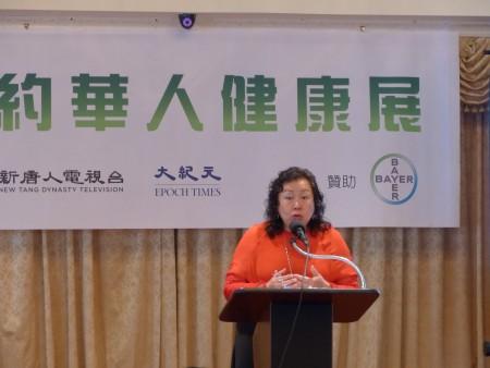 第一保健副總裁吳燁祺在「關心腸健康-新唐人健康展」上講解「病人家屬分享」。