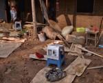 隨著大賢村逐漸恢復交通,當地民間志願者為村民帶來了飲用水等救援物資。(網絡圖片)