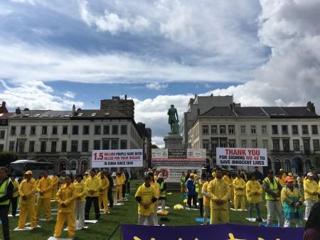 7月14日,歐洲十幾個國家的部份法輪功學員來到歐洲議會前舉行集會。(凌宇/大紀元)