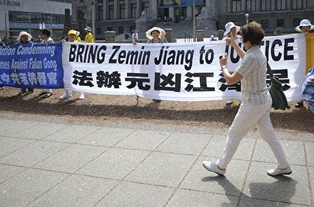 2016年7月20日,溫哥華藝術館前法輪功學員集會,民眾現場表示支持與讚賞。(攝影:大宇/大紀元)