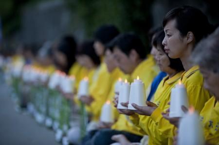 2016年7月19日晚,温哥华部分法轮功学员与民众在中领馆前举行烛光守夜,纪念法轮功反迫害17周年。(摄影:大宇/大纪元)