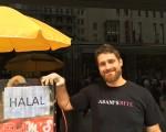 敘利亞裔德國人Adam是穆斯林,在法蘭克福最繁華的蔡爾大街上賣熱狗,夢想是把這個生意做成加盟連鎖店。(文婧/大紀元)