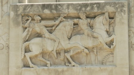 大樓南面李勞瑞雕刻的運動員要傳遞學習之光。(劉寧/大紀元)