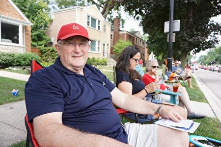 埃文斯顿土生土长的Tom Adamson先生说,观看游行是他每年过节的传统。(温文清/大纪元)