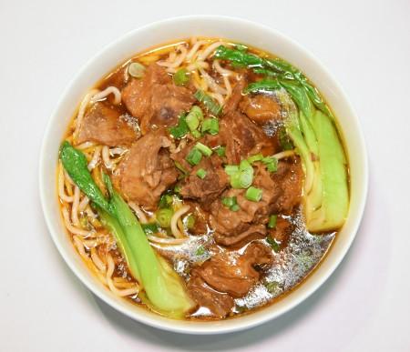 招牌紅燒牛肉麵,牛肉不僅大塊且入味。(石嵐/大紀元)