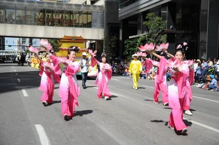 法轮大法方阵的仙女表演莲花舞。(童宇/大纪元)