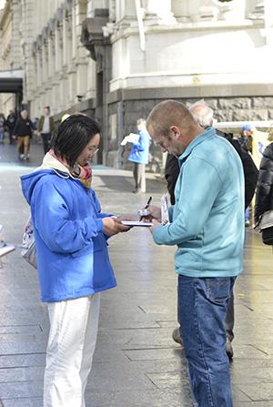 在三个小时的活动中,据不完全统计,有97人三退,1200多人当场签名表示对法轮功的支持。(安萍/大纪元)