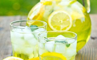 2女孩卖柠檬水 为美遇害警察募款1万美元
