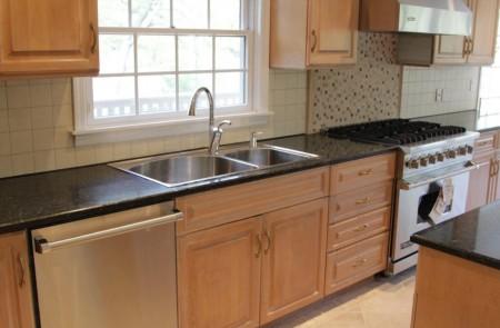 """该豪宅配有现代化厨房,就算开派对也令家里的""""煮妇""""应付自如。(简丽逢提供)"""