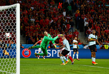 LILLE, FRANCE - JULY 01: Sam Vokes (2nd L) of Wales heads the ball to score his team's third goal past Thibaut Courtois (1st L) of Belgium during the UEFA EURO 2016 quarter final match between Wales and Belgium at Stade Pierre-Mauroy on July 1, 2016 in Lille, France. (Photo by Clive Rose/Getty Images)