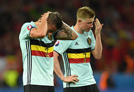 LILLE, FRANCE - JULY 01: Toby Alderweireld (L) and Kevin De Bruyne (R) of Belgium show their dejection after their team's 1-3 defeat in the UEFA EURO 2016 quarter final match between Wales and Belgium at Stade Pierre-Mauroy on July 1, 2016 in Lille, France. (Photo by Matthias Hangst/Getty Images)
