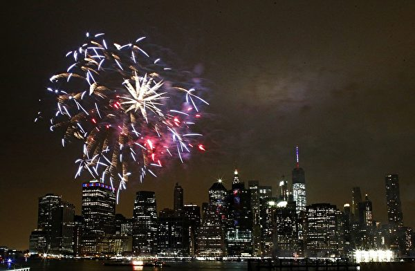 TOPSHOT - The annual Macy's 4th of July fireworks illuminate the night sky in New York on July 4, 2016. / AFP / KENA BETANCUR (Photo credit should read KENA BETANCUR/AFP/Getty Images)