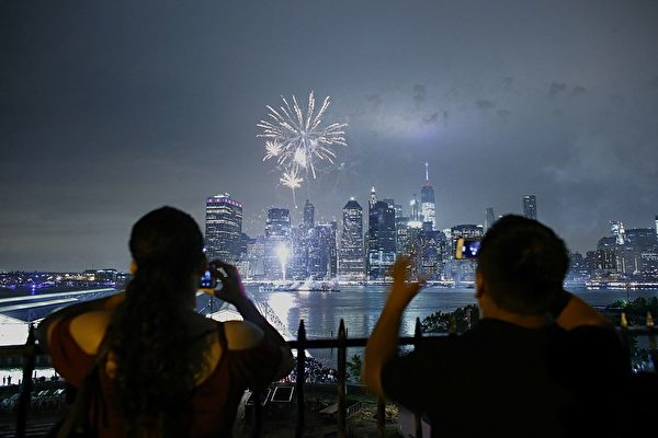 The annual Macy's 4th of July fireworks illuminate the night sky in New York on July 4, 2016. / AFP / KENA BETANCUR (Photo credit should read KENA BETANCUR/AFP/Getty Images)