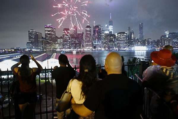 The annual Macy's 4th of July fireworks burst above the Manhattan skyline in New York on July 4, 2016. / AFP / KENA BETANCUR (Photo credit should read KENA BETANCUR/AFP/Getty Images)
