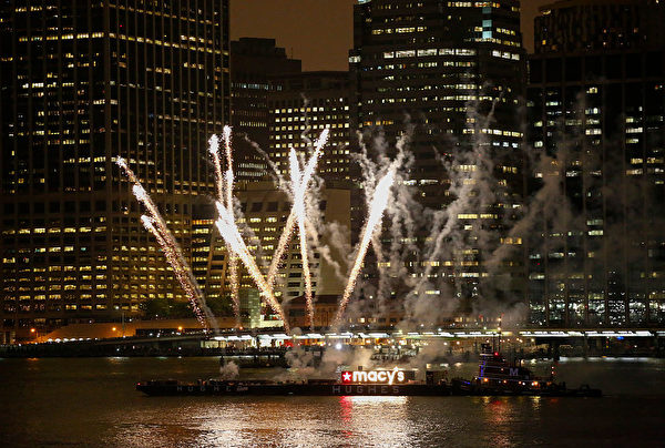 The annual Macy's 4th of July fireworks burst before the Manhattan skyline in New York on July 4, 2016. / AFP / KENA BETANCUR (Photo credit should read KENA BETANCUR/AFP/Getty Images)