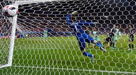 7月6日,葡萄牙隊2球輕取威爾斯,昂首挺進決賽。圖為C羅(左3)射門得分。 (Mike Hewitt/Getty Images)