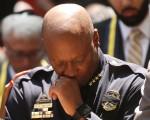 """7日美国德州达拉斯发生911后的最大袭警案,8日上午警察局长布朗说:""""我们的心碎了"""",此时没有人更能感受他的切身之痛。图为布朗哀悼殉职员警。(Spencer Platt/Getty Images)"""