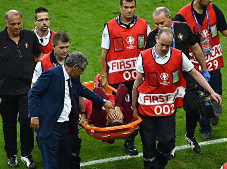 葡萄牙队队长C罗在上半场受伤退赛。 ( Dan Mullan/Getty Images)