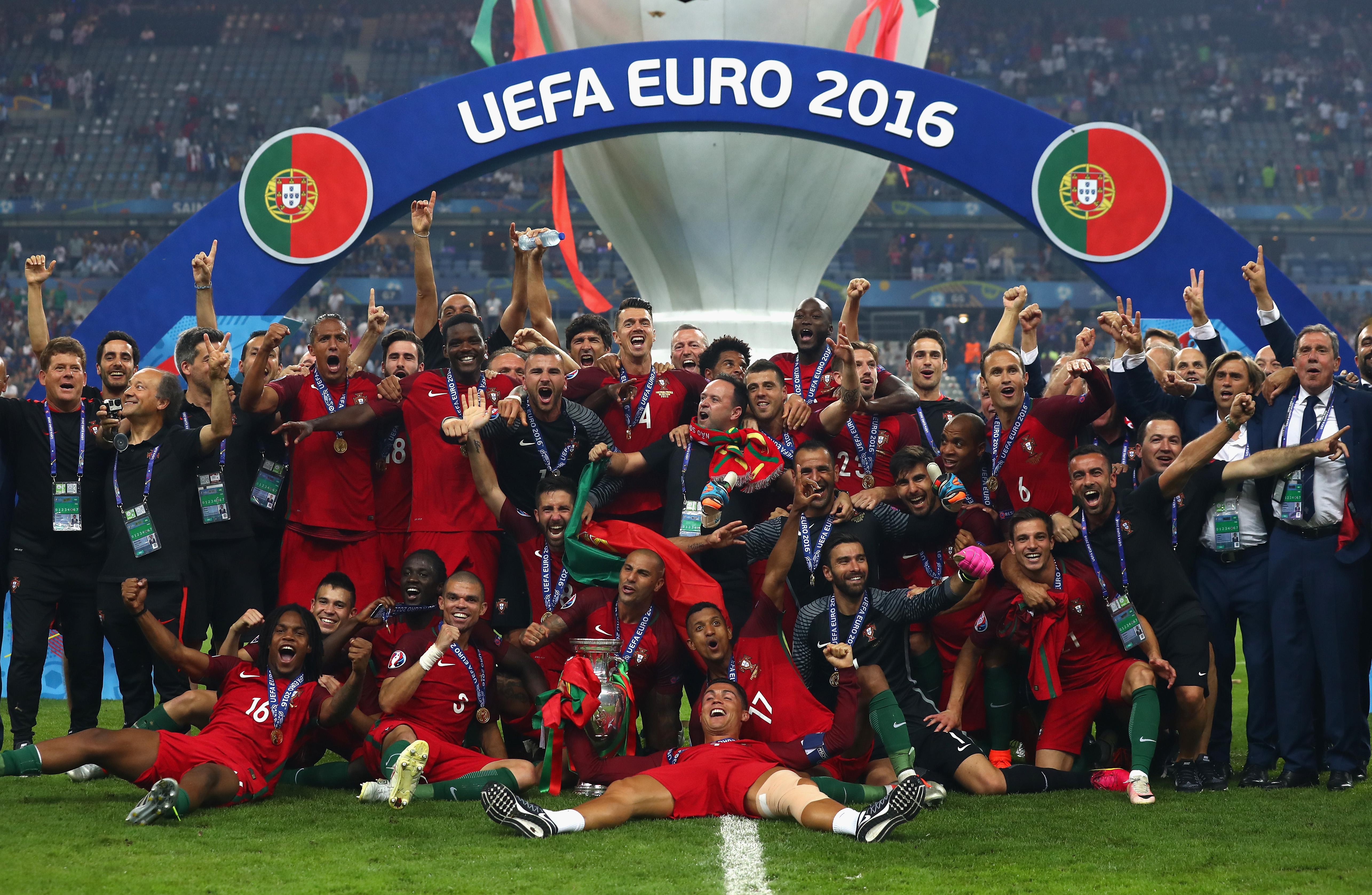 葡萄牙成為第十個捧起Henri Delaunay Trophy的國家。(Lars Baron/Getty Images)