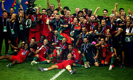 PARIS, FRANCE - JULY 10: Portugal players and staffs celebrate after their 1-0 win against France in the UEFA EURO 2016 Final match between Portugal and France at Stade de France on July 10, 2016 in Paris, France. (Photo by Alex Livesey/Getty Images)
