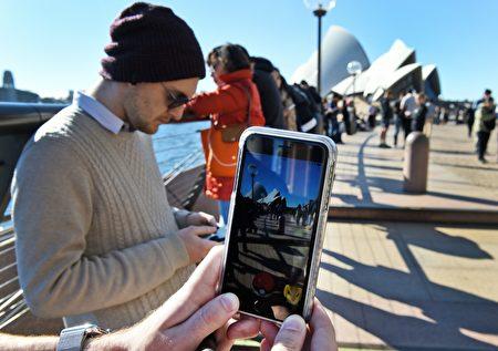 2016年7月15日,眾多遊人聚集在悉尼歌劇院前玩 Pokemon Go. (WILLIAM WEST/AFP/Getty Images)