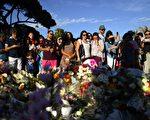 圖為7月15日尼斯群眾向卡車襲擊罹難者自發獻花致意。法國總統奧朗德宣佈三日國喪。(David Ramos/Getty Images)