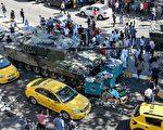 土耳其軍人15日晚政變失敗後,當局至今已拘捕約6000人,死亡數字至少上升至265人,受傷人數超過1440人。圖為16日人們在伊斯坦布爾走過一輛被遺棄的坦克。(Defne Karadeniz/Getty Images)