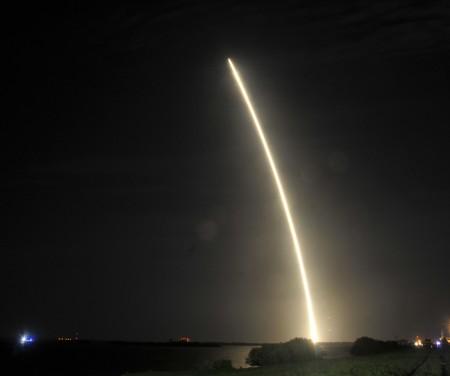 週一凌晨,馬斯克旗下的太空探索科技公司SpaceX發射了滿載國際空間站物資的獵鷹9號火箭,並第二次陸上回收火箭成功。(BRUCE WEAVER/AFP/Getty Images)